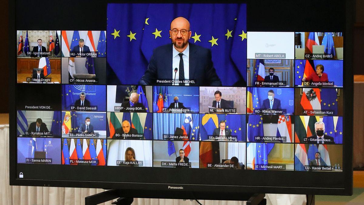 Charles Michel (Bildschirm, M, oben), Präsident des Europäischen Rats, spricht beim Videogipfel der EU-Staats-und Regierungschefs im Gebäude des Europäischen Rates in Brüssel.