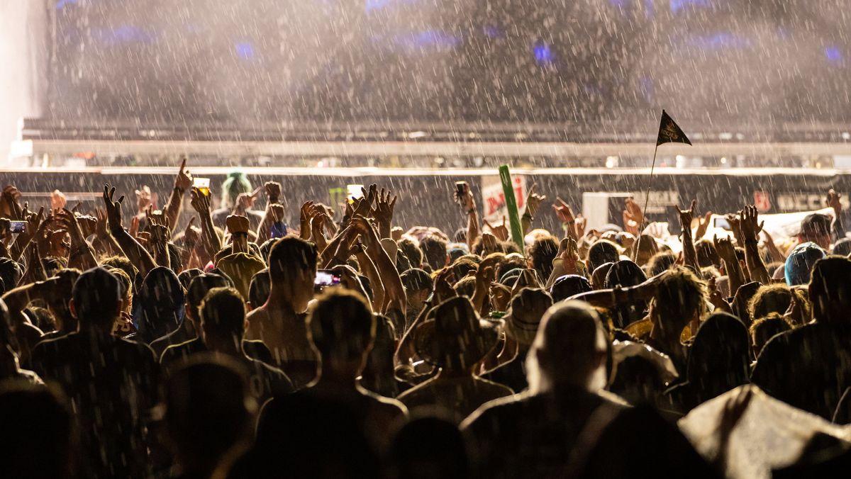 Musikfans tanzen vor der Rock im Park-Bühne.
