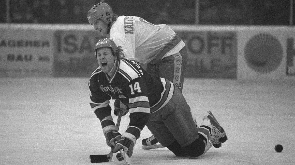 Kühnhackl fällt nach einem Foulspiel auf das Eis. Das Spiel zwischen dem EV Landshut und dem ESV Kaufbeuren in der Saison 83/84 ging 10:2 aus.