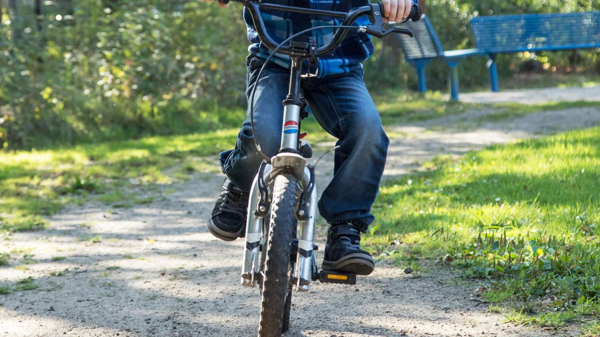 Bub ist unterwegs auf einem Fahrrad (Symbolbild)