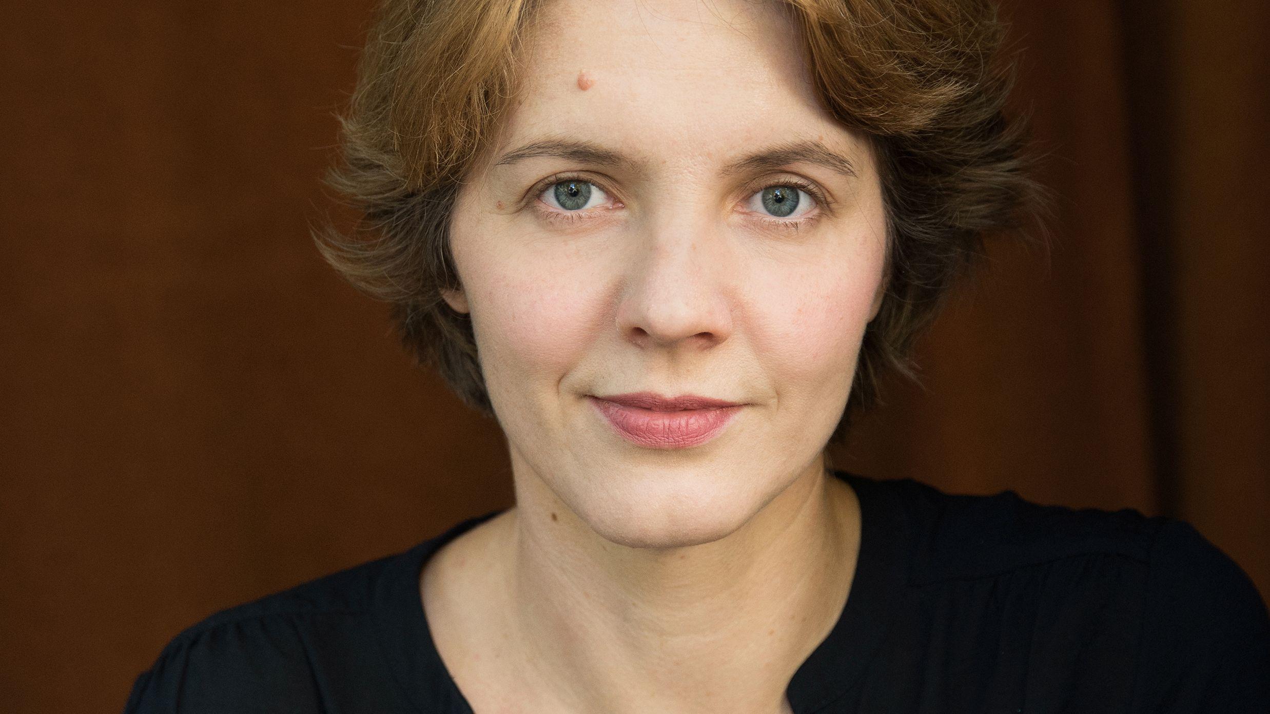 Schriftstellerin Peggy Mädler blickt in die Kamera