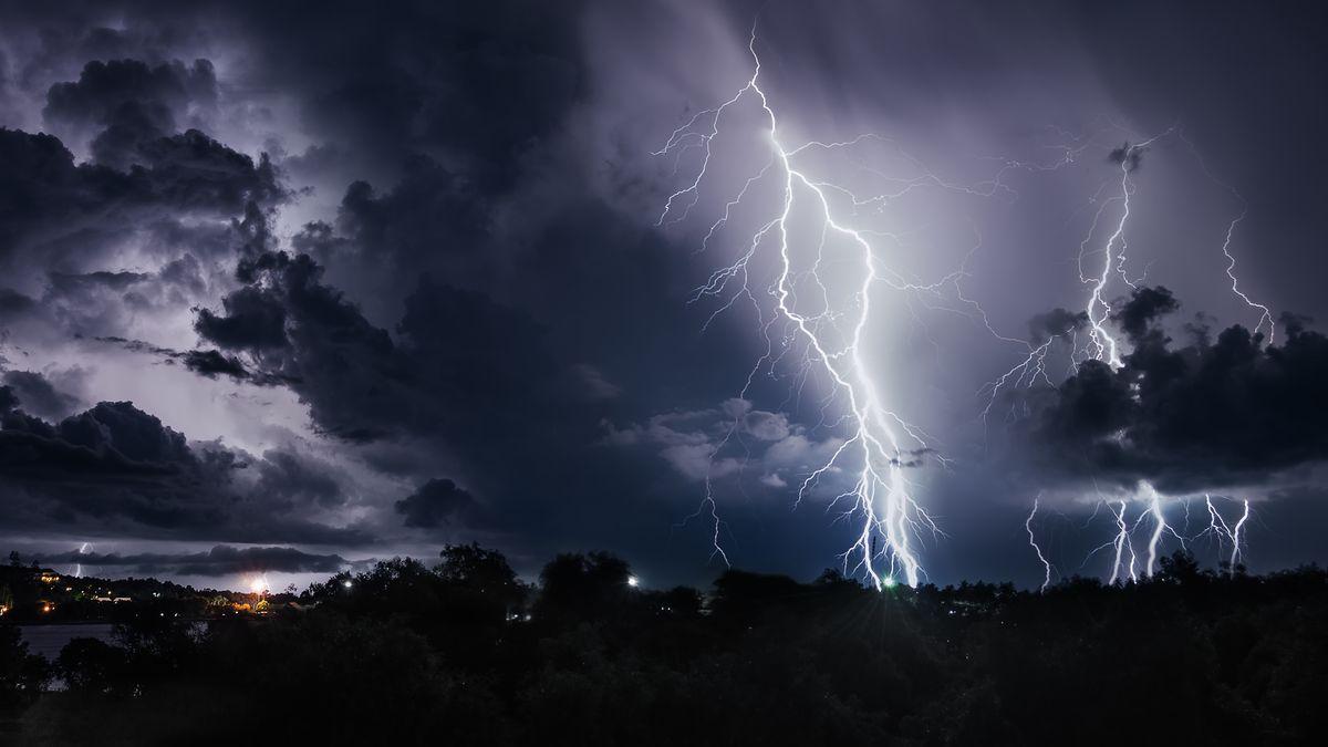 Dunkle Wolken und Blitze während eines Gewitters (Symbolbild)