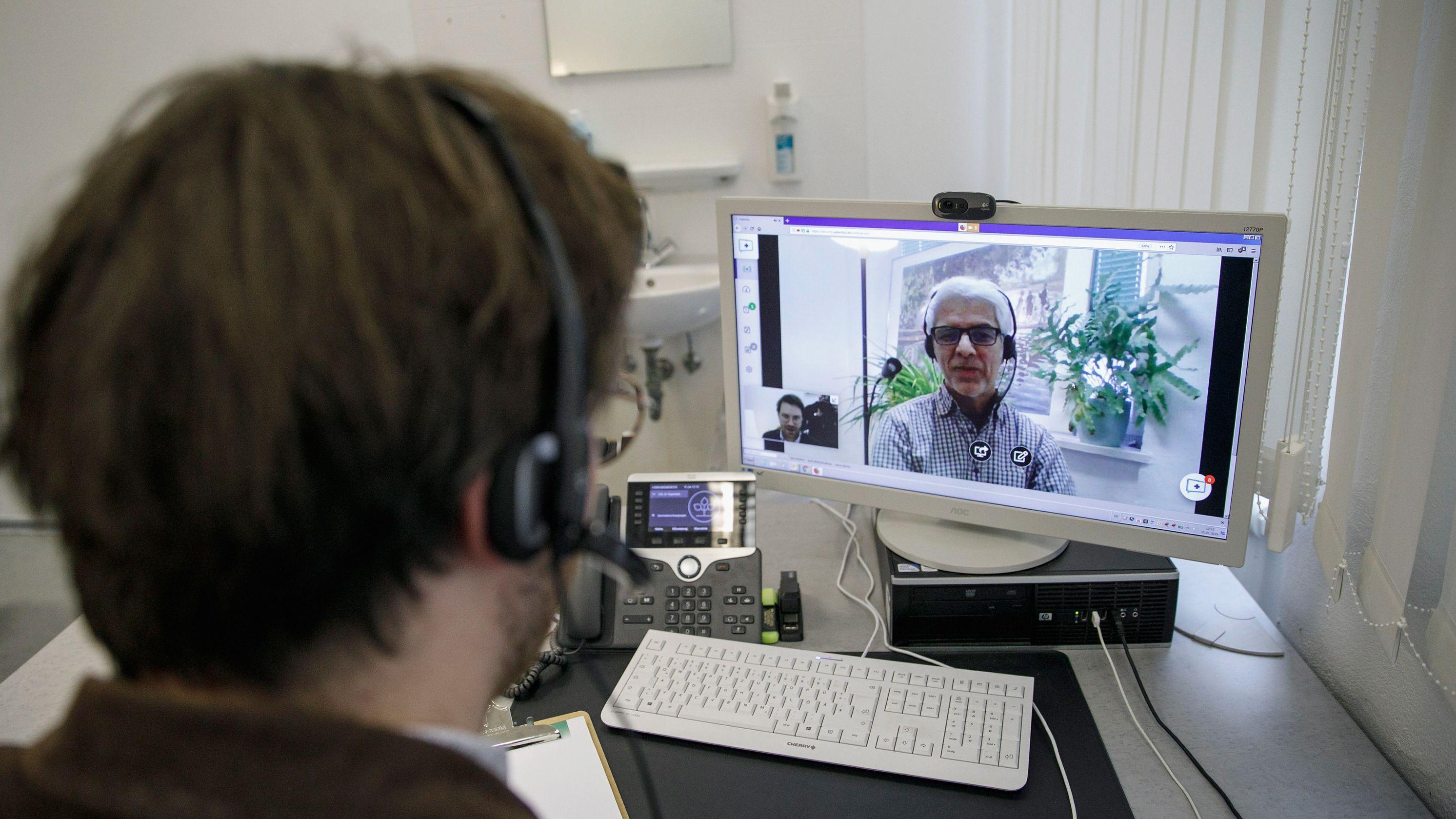 So könnte eine Videosprechstunde aussehen: gestellte Szene mit Alexander Kugelstadt (l), Facharzt für Psychosomatische Medizin und Psychotherapie.