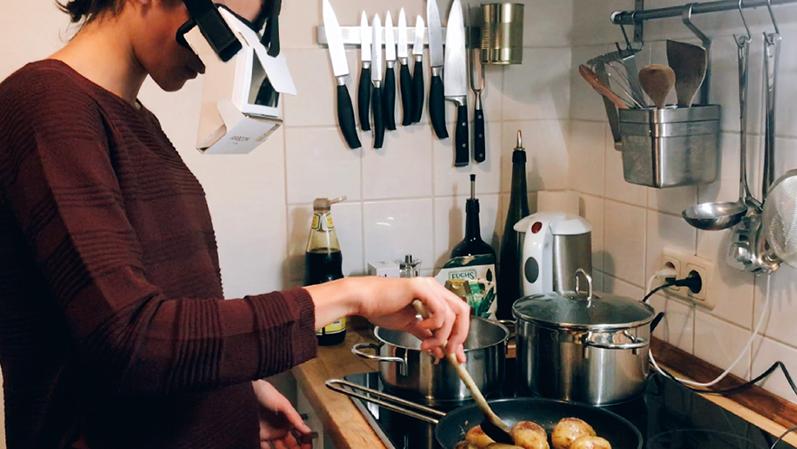 Frau beim Kochen mit Tech-Brille
