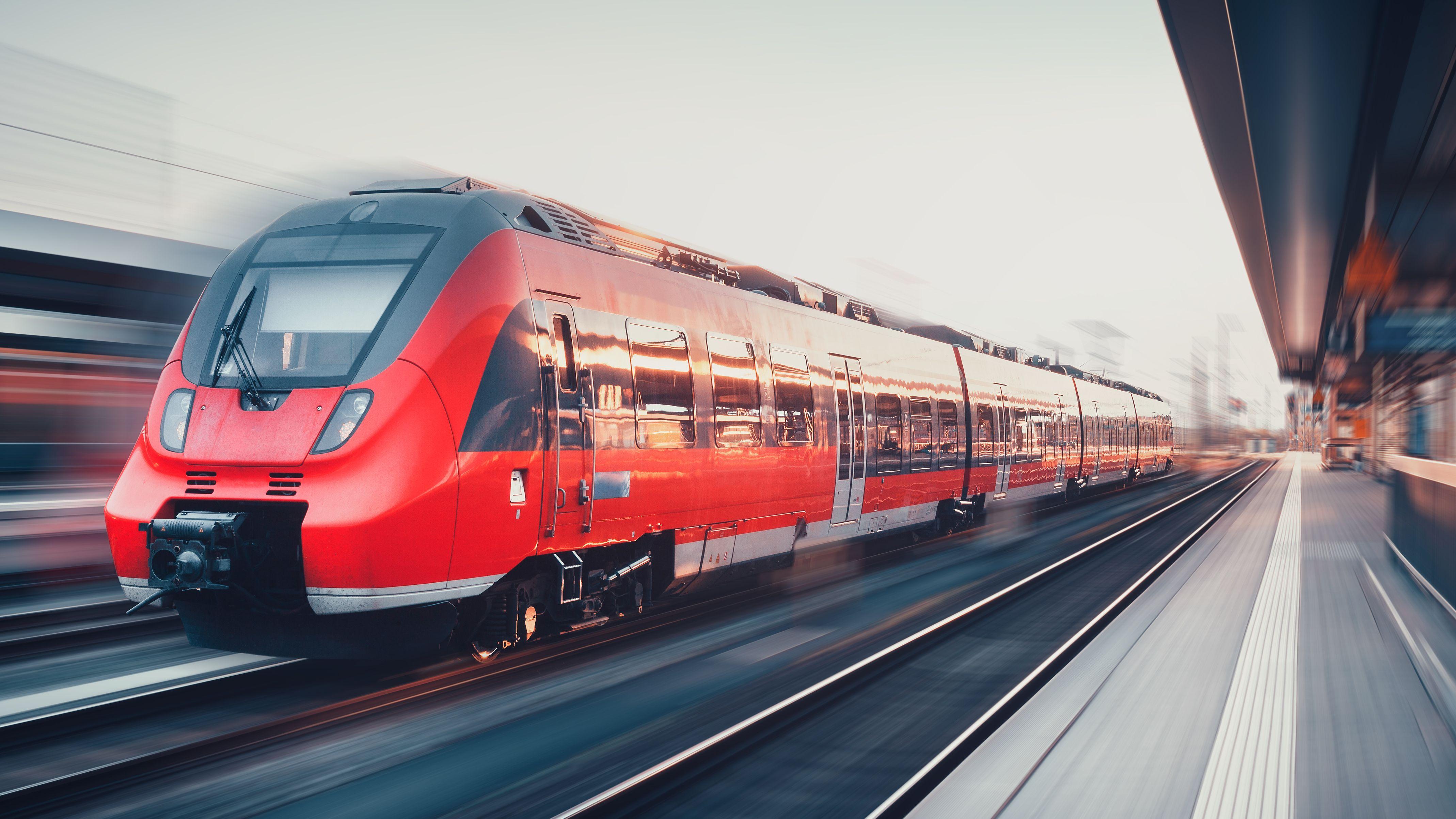 Ein Zug bei der Fahrt durch einen Bahnhof