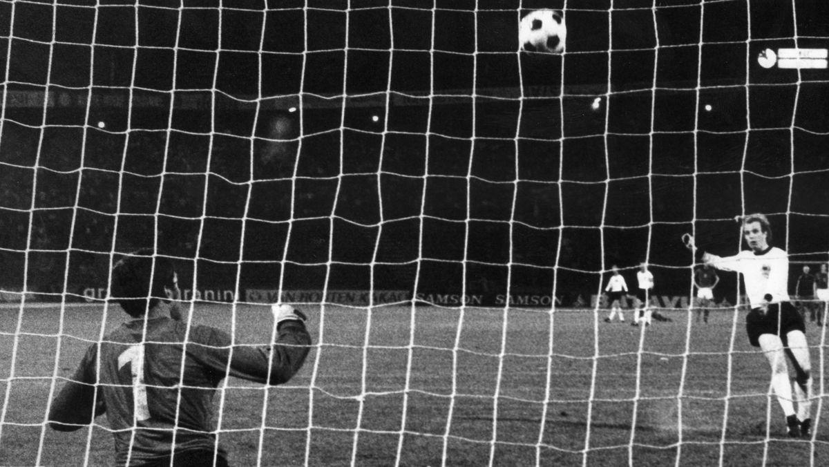 Uli Hoeneß verschießt einen Elfmeter im EM-Finale 1976 in Belgrad