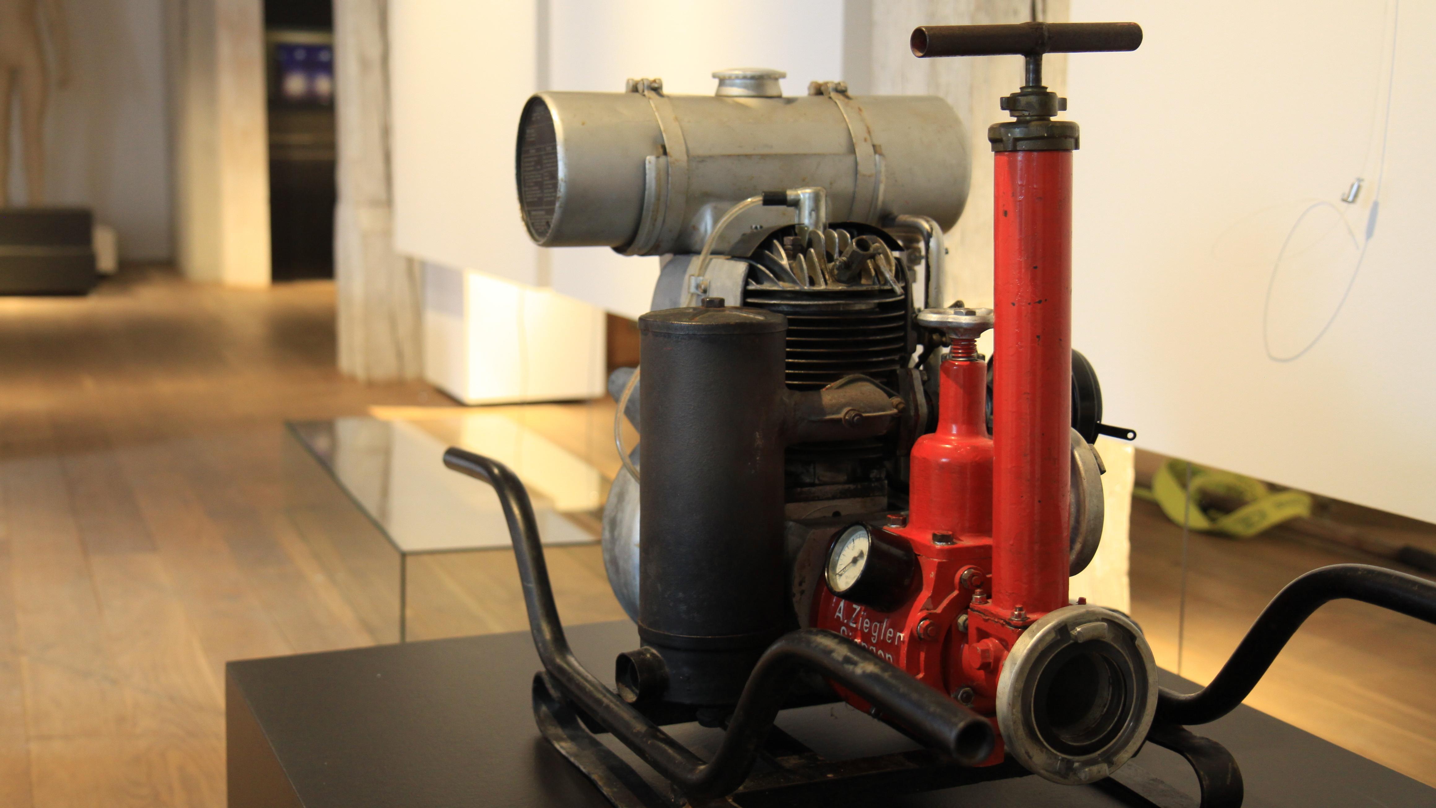 Eine historische Feuerwehr-Pumpe