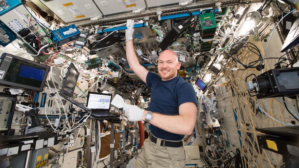 Alexander Gerst reinigt die ISS