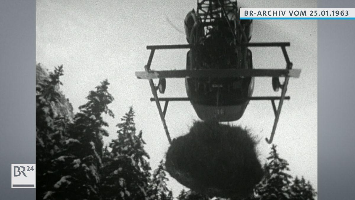 Hubschrauber mit Heuballen im Flug