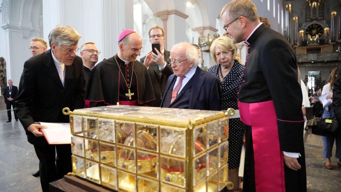 Der Irische Präsident Michael D. Higgins (Mitte) und seine Frau im Würzburger Dom