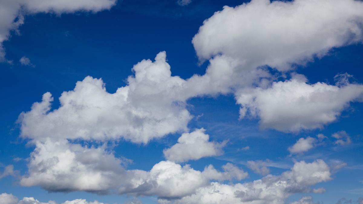 Wolkenformationen am blauen Himmel.