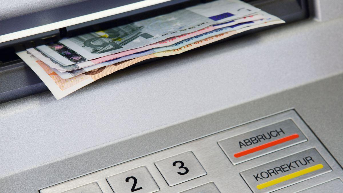 Geldscheine werden von Geldautomat ausgegeben (Symbolbild).