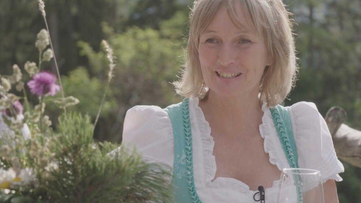 die Almemerin Annemarie Graßl sitzt auf der Terasse der Schärtenalm im Berchtesgadener Land.