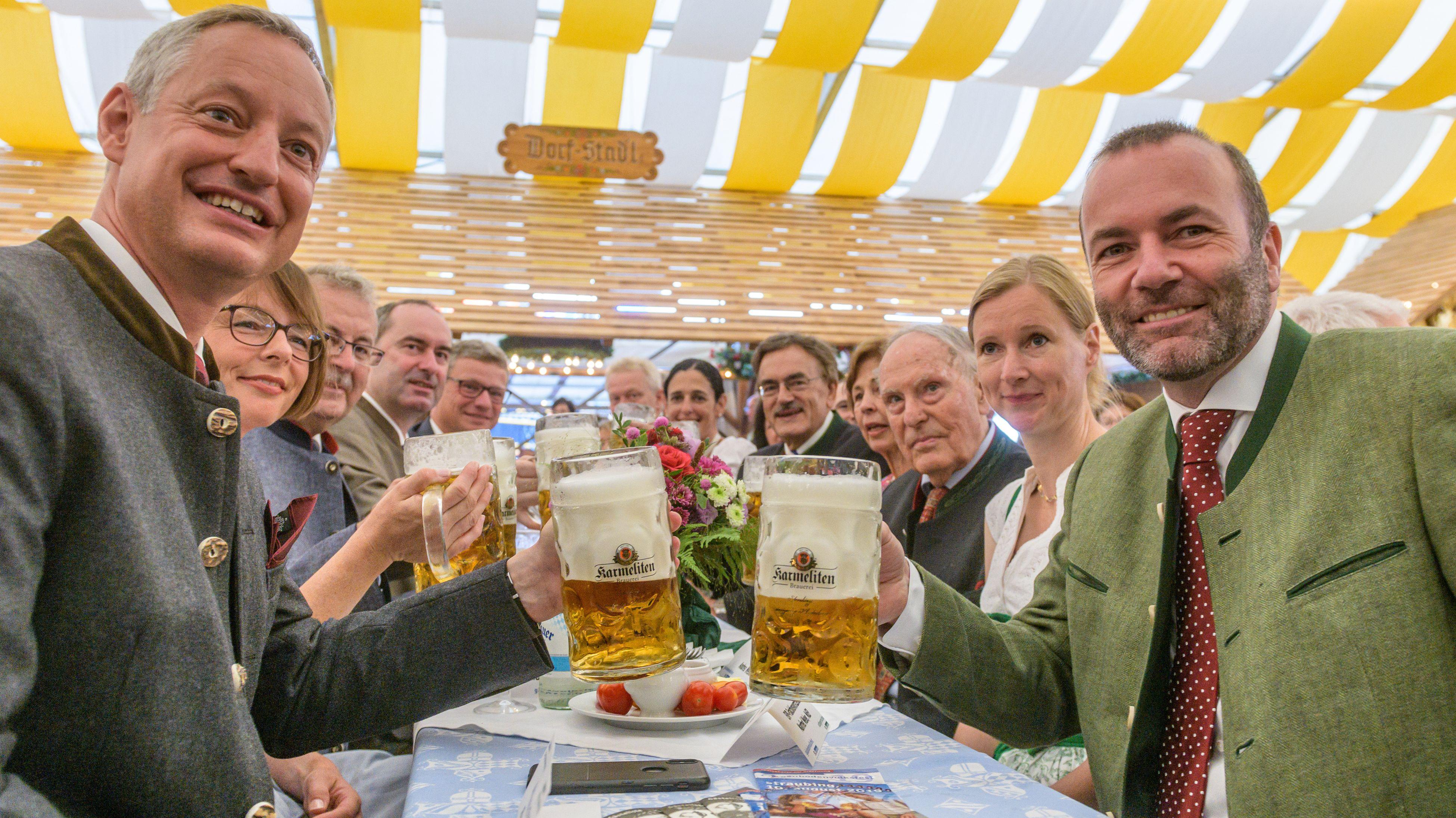 Manfred Weber, stellvertretender CSU-Parteivorsitzender und EVP-Fraktionschef (r), und Markus Pannermayr (l, CSU), OB von Straubing.