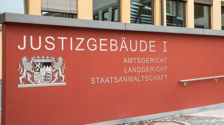 ote Mauer mit der Aufschrift: Justizgebäude I Coburg. Amtsgericht, Landgericht, Staatsanwaltschaft.