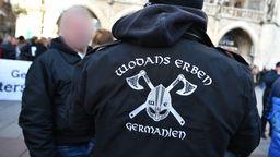 Seit Beginn der Corona-Krise bekommen extremistische Gruppen immer mehr Zulauf. Das steht im aktuellen bayerischen Verfassungsschutzbericht.    Bild:BR.de