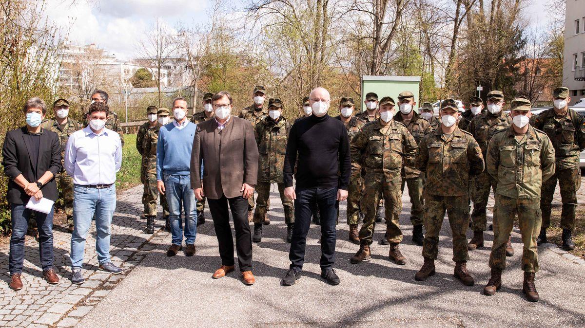 Landshuts Oberbürgermeister Alexander Putz (M.) begrüßte die 20 Soldatinnen und Soldaten der Bundeswehr