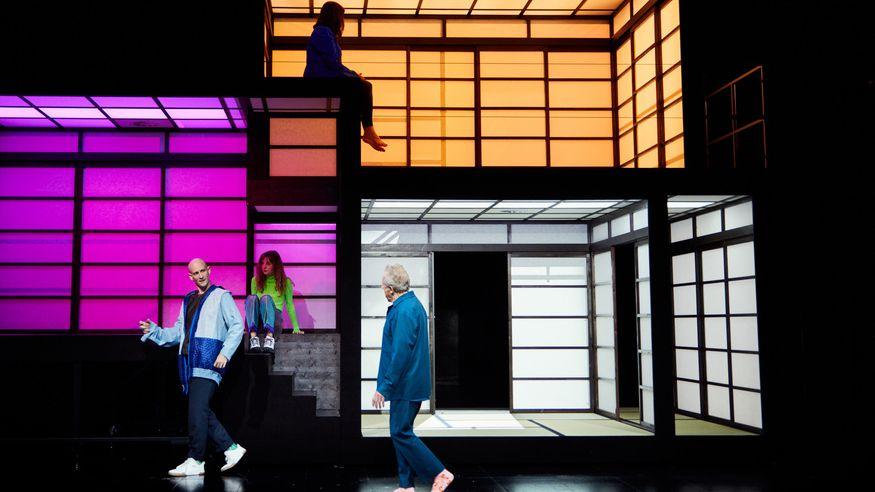 """Auf einer Theaterbühne steht eine raumartige Kulisse. Darin und davor sind vier Schauspieler zu sehen. Szene aus """"The Vacuum Cleaner"""""""