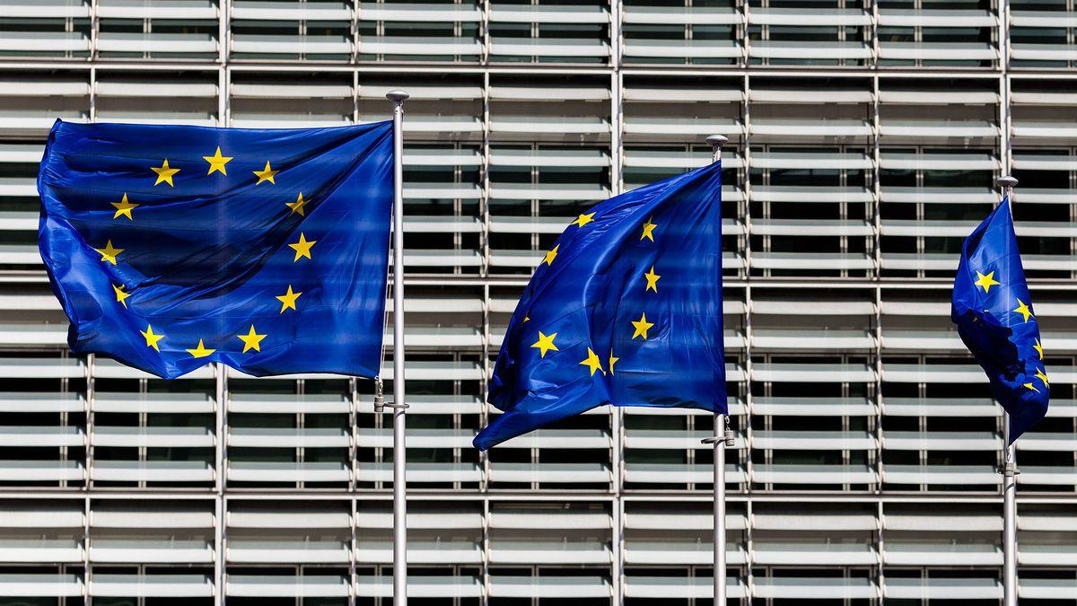 Europa-Flaggen vor der Europäischen Kommission