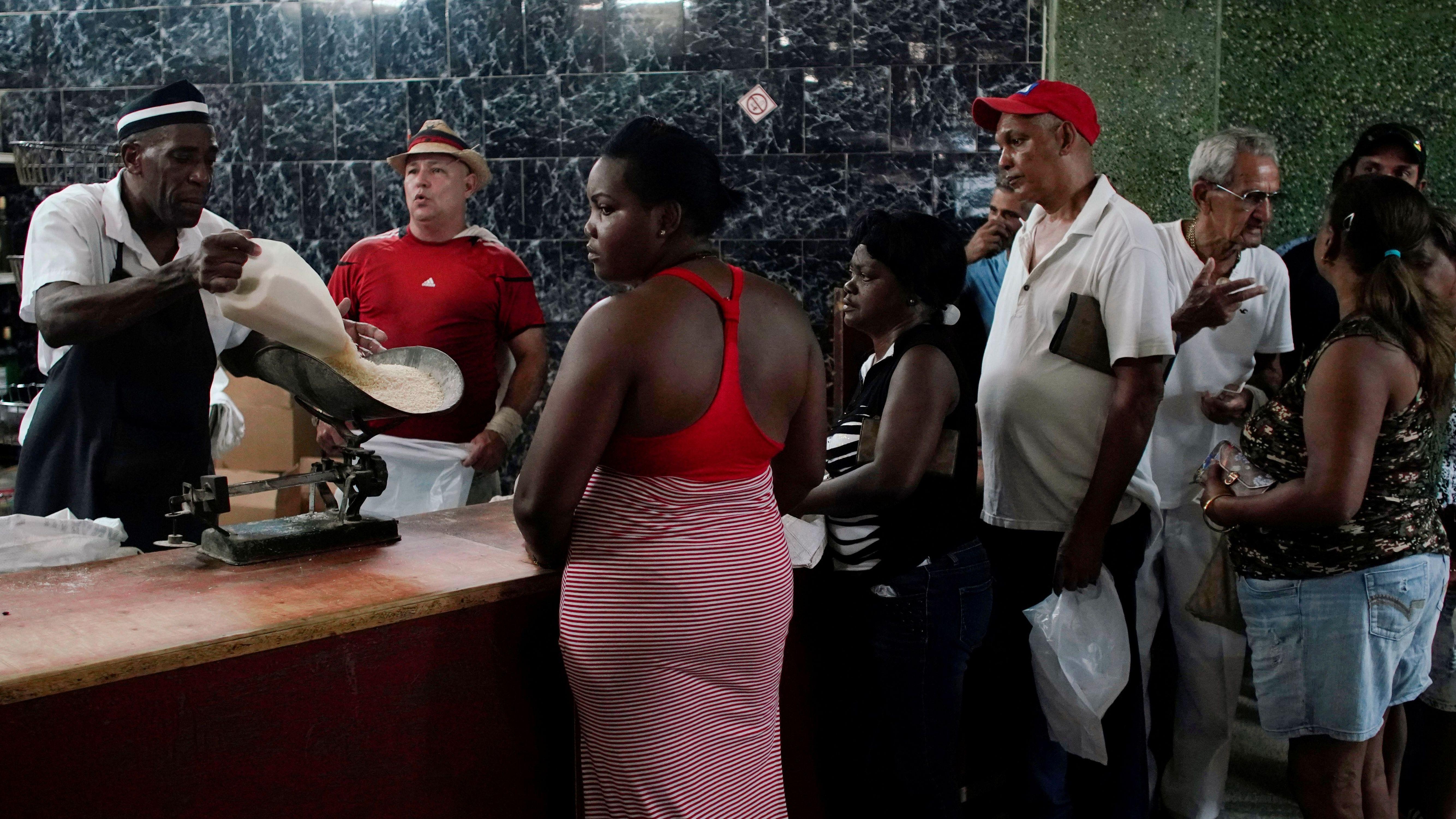 In einem staatlichen Geschäft in Havanna warten Menschen darauf, Reis kaufen zu  können