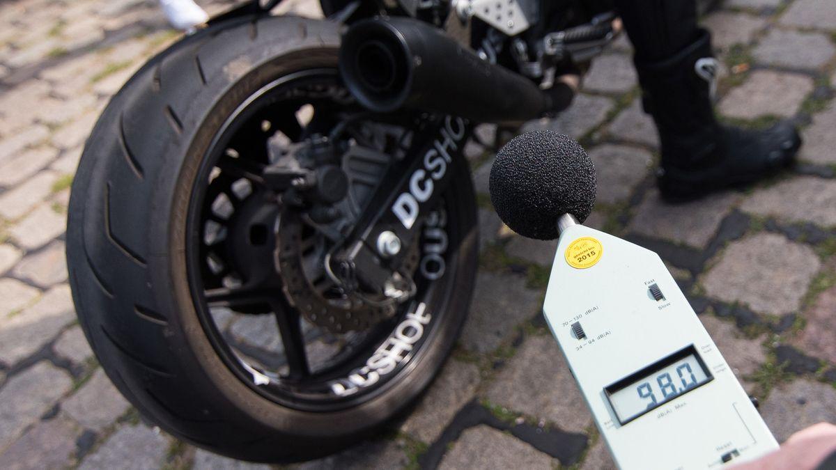 Ein Mitarbeiter des TÜV kontrolliert die Lautstärke eines Motorrad-Auspuffs.