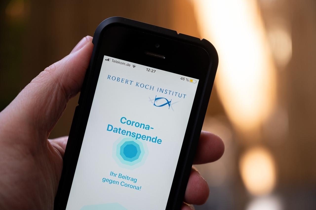 ILLUSTRATION - 07.04.2020, Bayern, München: ! Ab sofort helfen Ihre Daten unseren Experten. So können wir denn Coronavirus besser verstehen und wichtige Ressourcen effizient verteilen - Pass Sie weiter auf sich auf.» ist in der Anwendung «Corona-Datenspende» vom Robert Koch-Institut (RKI) zu sehen, nachdem eine Nutzerin sich zur Übermittlung von Daten einverstanden erklärt hat. Das Institut möchte mit der App mit Hilfe von Fitness-Armbändern und Computeruhren neue Erkenntnisse zur Ausbreitung von Coronavirus-Infektionen in Deutschland gewinnen. Foto: Matthias Balk/dpa +++ dpa-Bildfunk +++