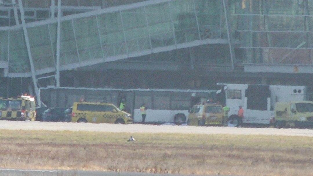 Unfallbus vor dem Flughafengebäude