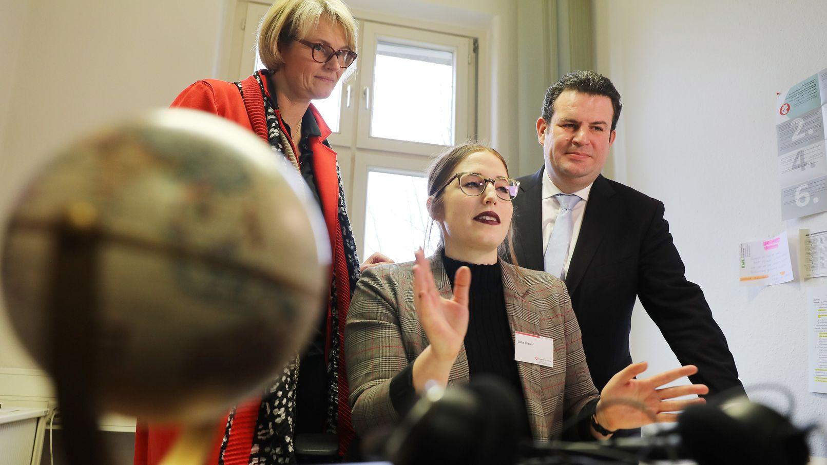 Bundesbildungsministerin Anja Karliczek und Arbeitsminister Hubertus Heil lassen sich das neue Beratungsangebot erklären.