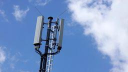 Ein Mobilfunkmast - 5G arbeitet mit vielen, kleinen Sendern. | Bild:picture alliance / Geisler-Fotopress | Christoph Hardt/Geisler-Fotopress
