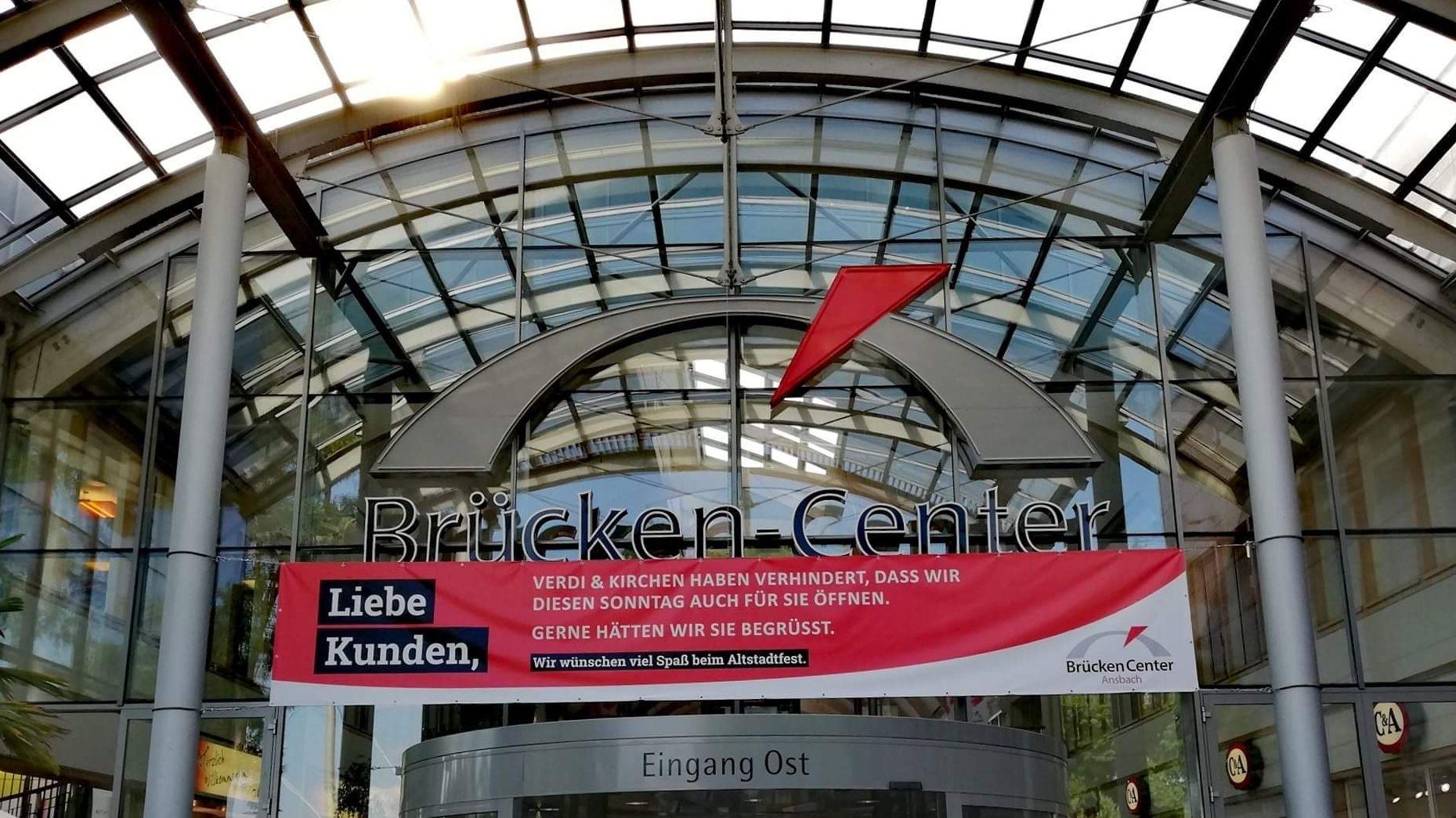Plakat am Eingang des Brücken-Centers in Ansbach