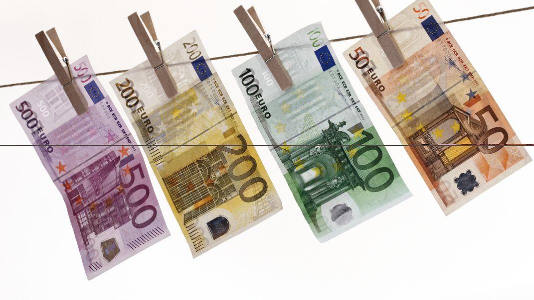 Geldscheine auf Wäscheleine