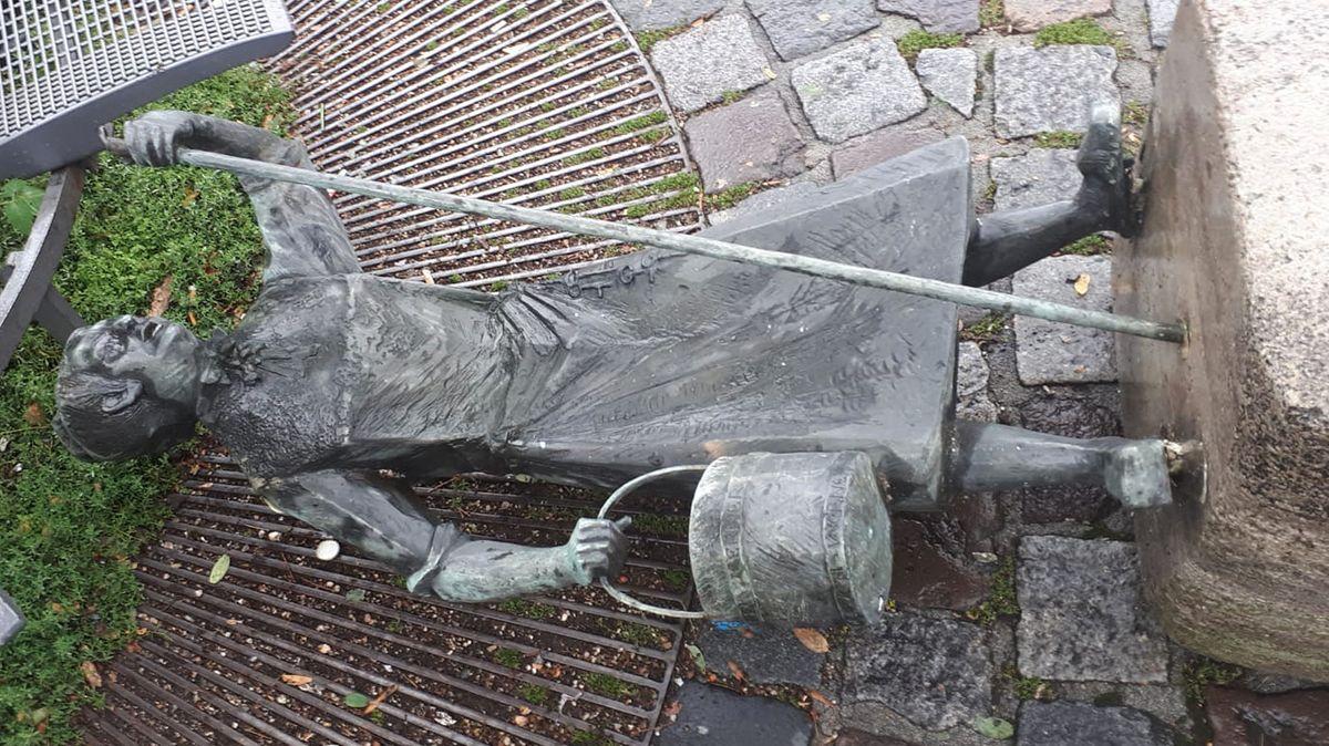 Die am Boden liegende Brunnenfigur von Ida Schumacher