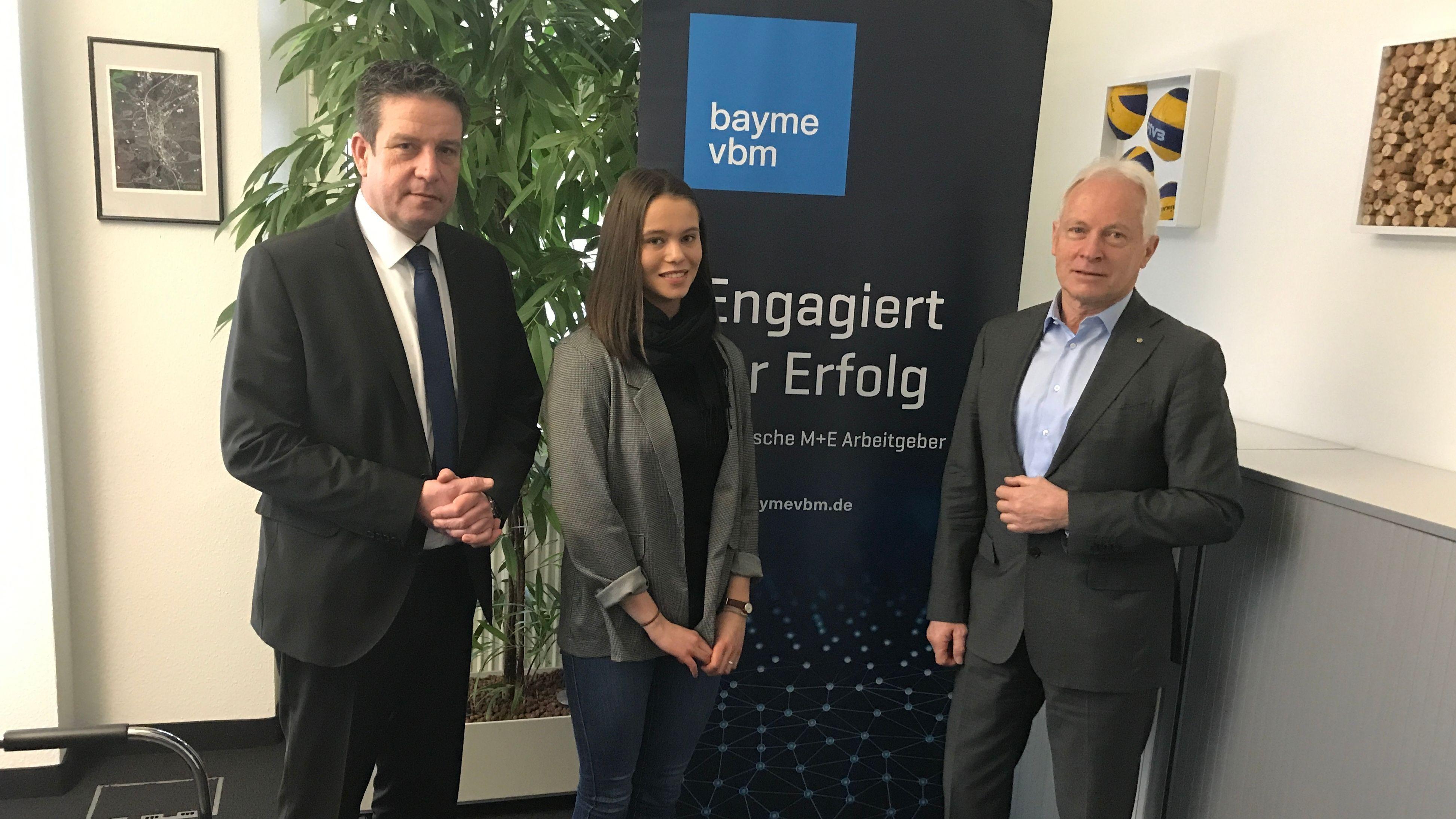 Martin Kapp, Geschäftsführer der Kapp Niles Unternehmensgruppe, steht mit zwei weiteren Personen vor einem Plakat.