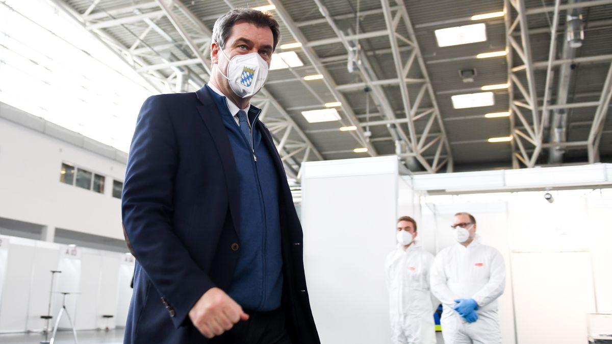 Markus Söder (CSU), bayerischer Ministerpräsident, geht bei der Besichtigung des neu eingerichteten Impfzentrums in der Messe München durch die Halle. Noch im laufenden Jahr sollen hier die ersten Impfungen gegen das Coronavirus verabreicht werden.
