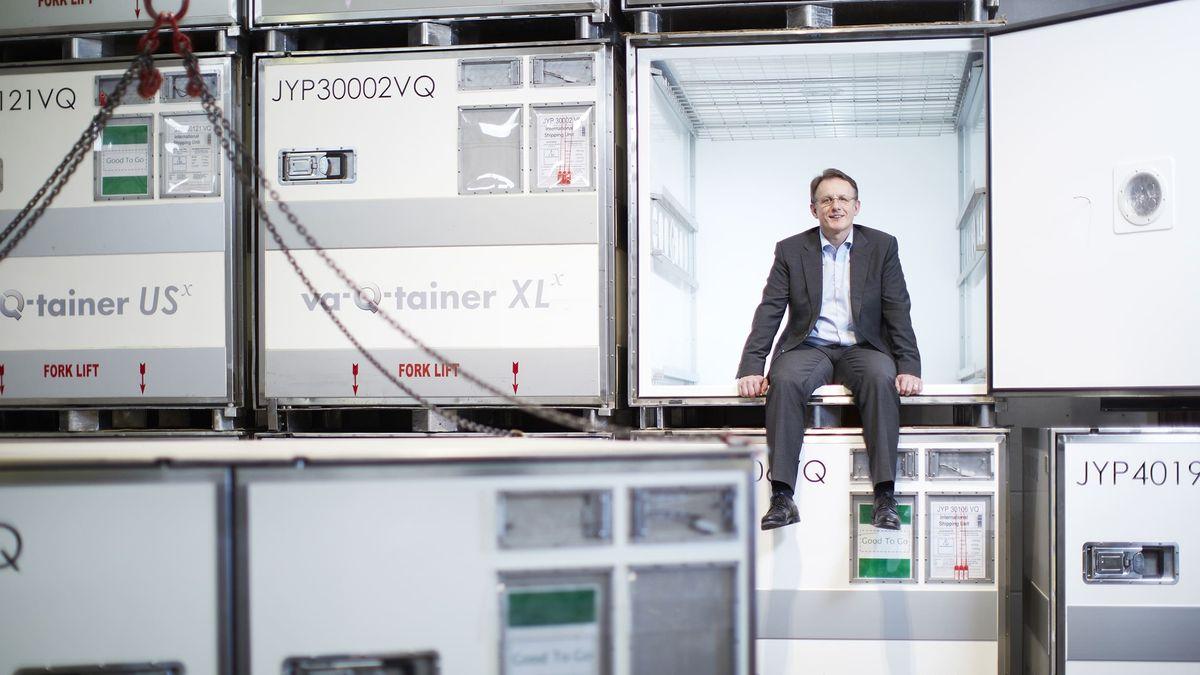 Vorstandsvorsitzender Joachim Kuhn vor den Thermobehältern