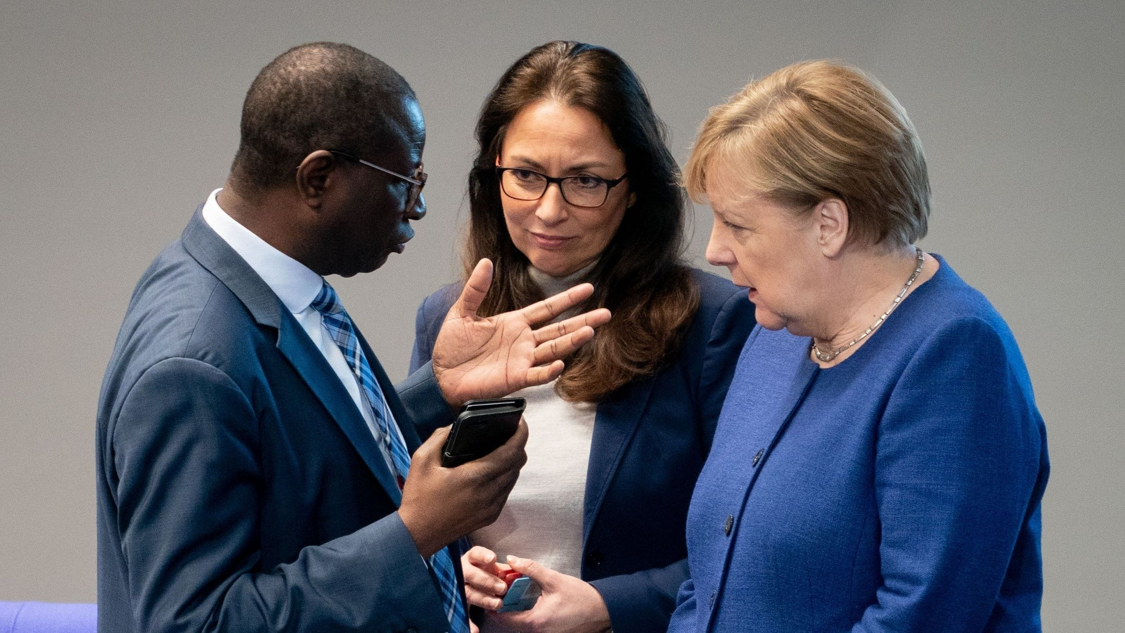 Bundeskanzlerin Angela Merkel unterhält sich bei der Sitzung des Bundestages zur Organspende mit den SPD-Bundestagsabgeordneten Karamba Diaby und Yasmin Fahimi.