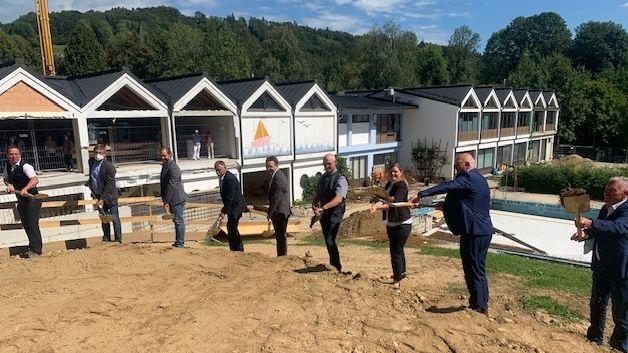 Beim Spatenstich zum Umbau des Schwimmbades in Perlesreut.