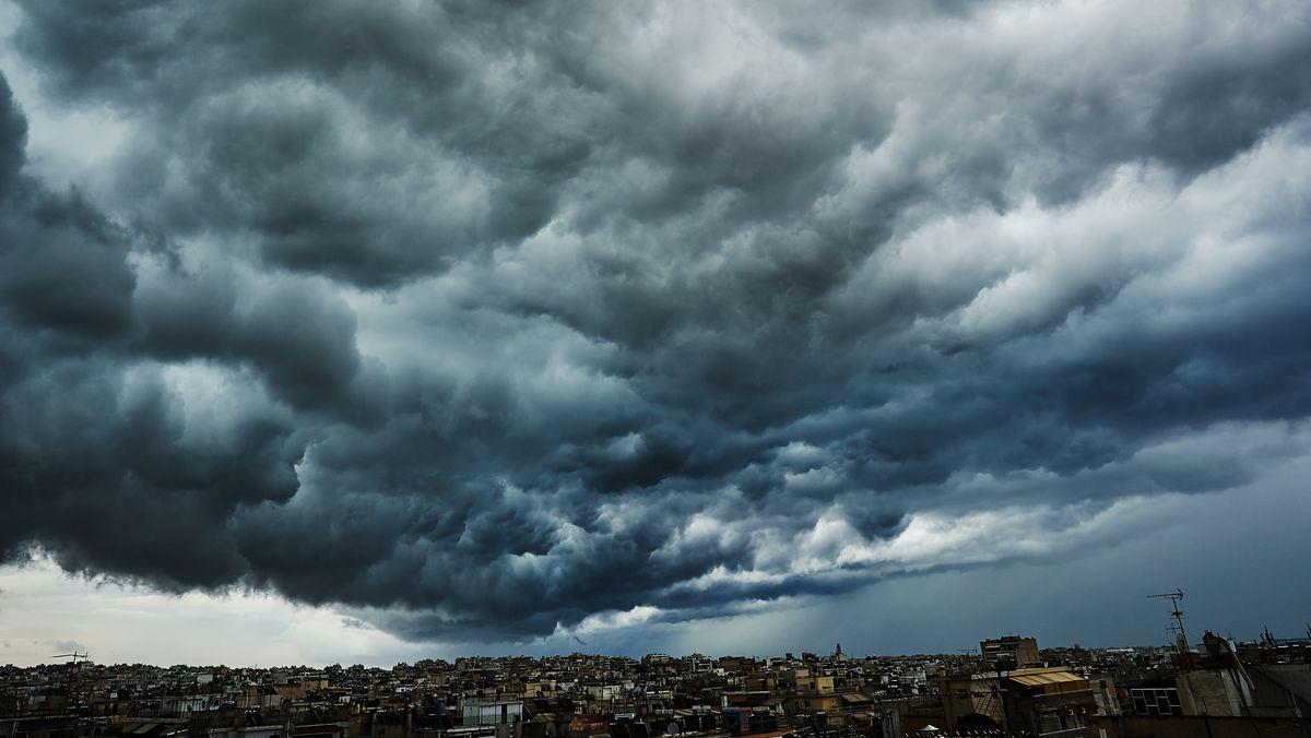 Dunkle Wolken ziehen über einer Stadt auf