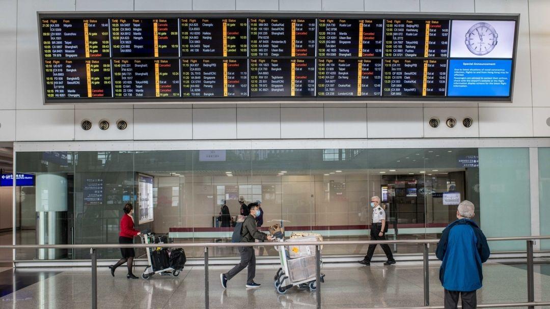 Reisende tragen Schutzmasken am Hong Kong international Flughafen.