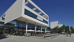 Die bestuhlte Terrasse einer Gaststätte vor dem Einkaufszentrum Messestadt West in München | Bild:dpa/pa/Manfred Bail