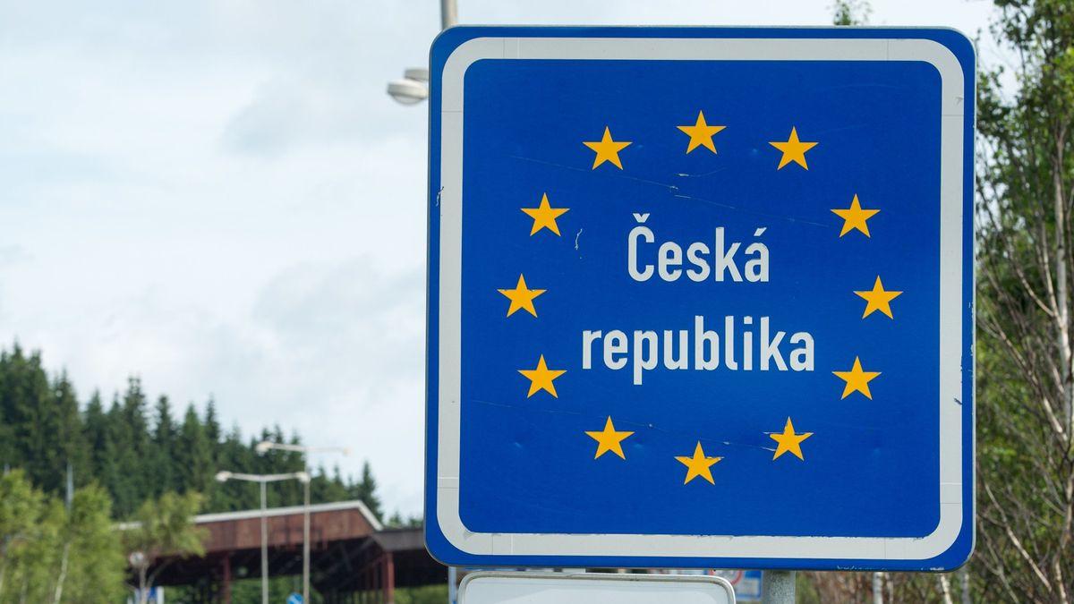 Das Landesschild von Tschechien steht am Grenzübergang Philippsreut