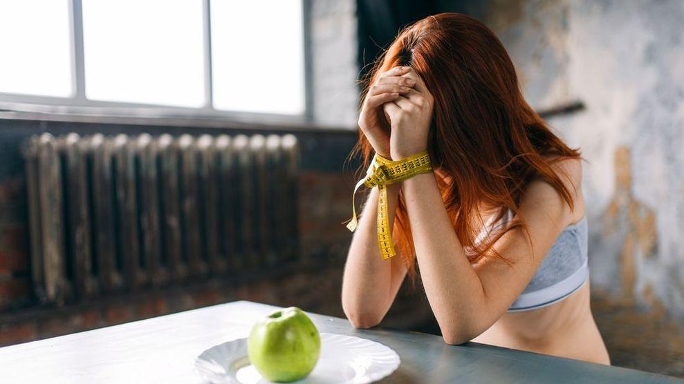 Magersüchtige kämpfen mit ihrem Gewicht. Trotz Untergewicht empfinden sie sich häufig zu dick.