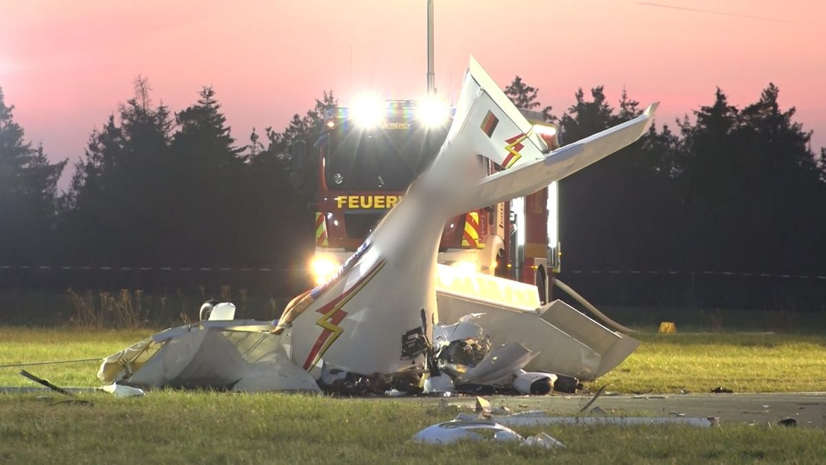 Nach dem Absturz eines Sportflugzeugs im Landkreis Kulmbach haben die Rettungskräfte die beiden verstorbenen Insassen geborgen.