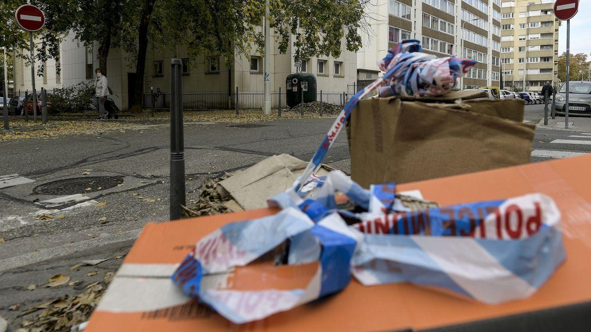 Reste des Absperrbandes, das die Polizei gestern nach dem Angriff auf einen orthodoxen Priester am Tatort in Lyon aufgehängt hatte.