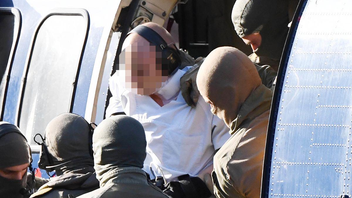 Mutmaßlicher Attentäter von Halle wird von Polizisten aus einem Hubschrauber gebracht