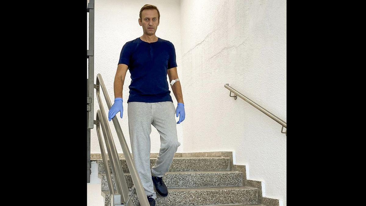 Der russische Oppositionsführer Alexej Nawalny geht am Samstag, den 19. September 2020, in in der Berliner Universitätsklinik Charité eine Treppe hinunter - Ausschnitt aus einem Video auf Nawalnys Instagram-Account.