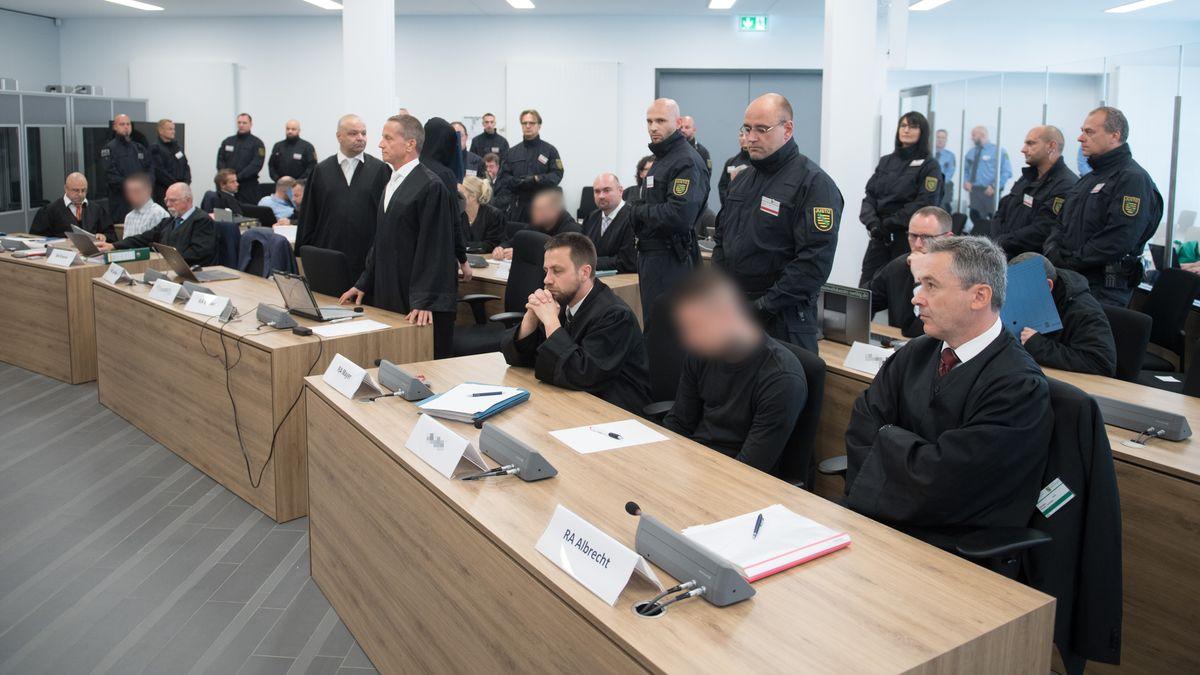 """Die Angeklagten im Dresdner Prozess gegen die selbsternannte """"Revolution Chemnitz"""" sitzen im Prozessgebäude des Oberlandesgerichts Dresden zu Prozessbeginn im Verhandlungssaal neben ihren Rechtsanwälten. Die insgesamt acht Männer zwischen 21 und 32 Jahren waren wegen Bildung einer rechtsterroristischen Vereinigung angeklagt."""