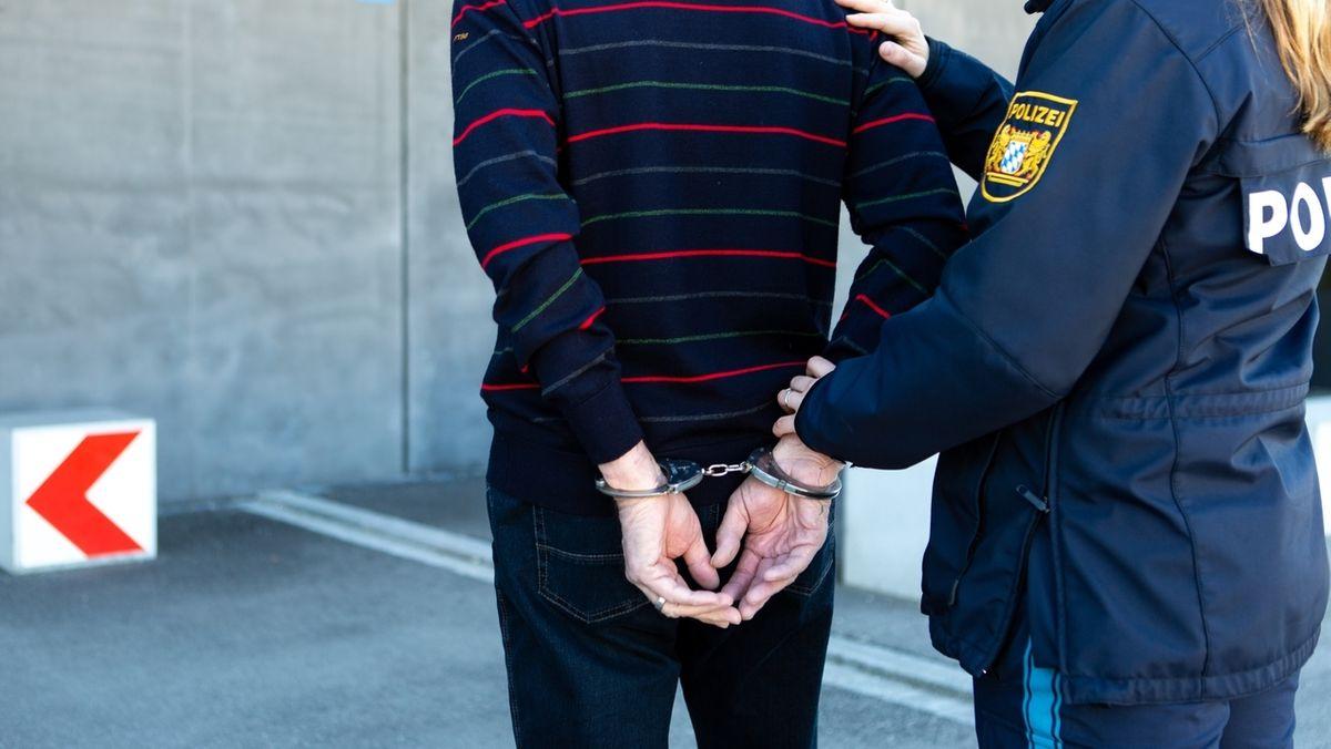 Symbolbild: Ein Mann in Handschellen.