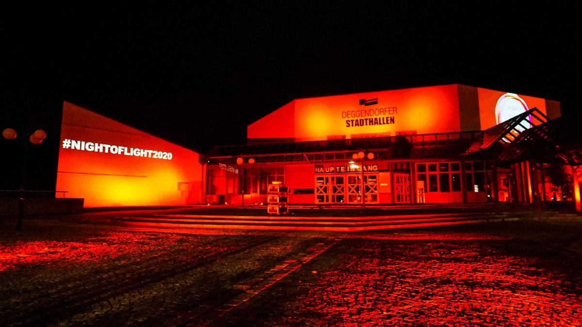 Die rot angestrahlte Stadthalle in Deggendorf