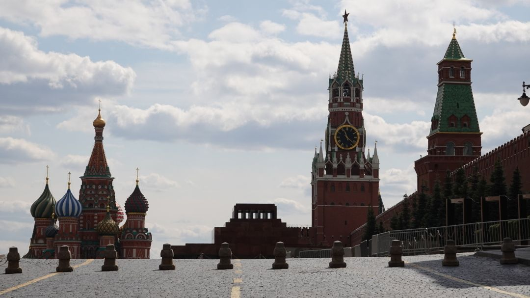 Moskau: Basiliuskathedrale (l), das Leninmausoleum und der Spasski-Turm des Kreml am Roten Platz.